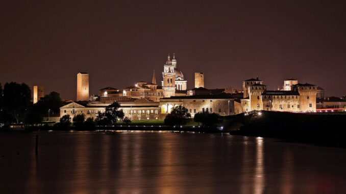Veduta notturna di Mantova - Foto di Francesco Toscani