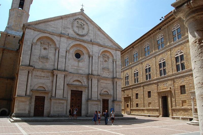 Piazza Pio II con la Cattedrale e Palazzo Piccolomini a Pienza - Foto di Maurizio Abbiateci