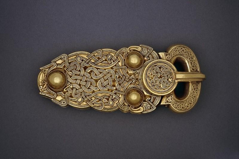 Fibbia in oro dalla nave funeraria di Sutton Hoo -©Foto The Trustees of the British Museum