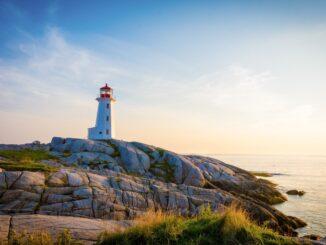 Faro sulla costa con litorale roccioso in Nuova Scozia, Canada