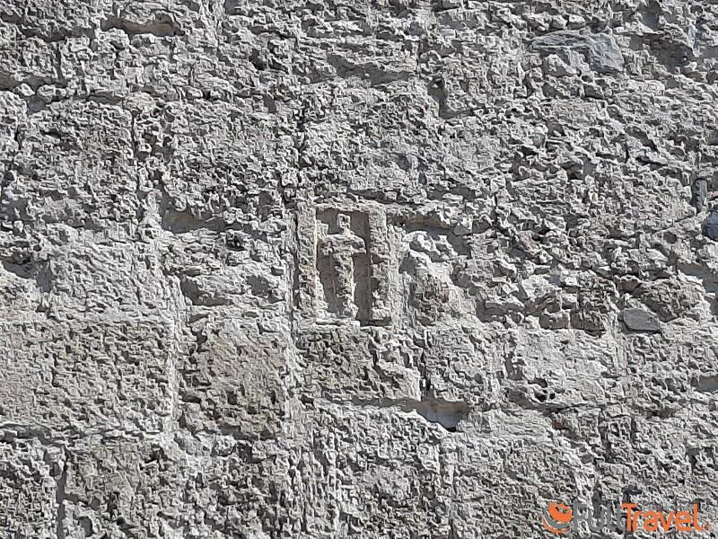 Una stele del tophet di Nora riutilizzata nella facciata esterna di Sant'Efisio ©Foto Maria Ilaria Mura
